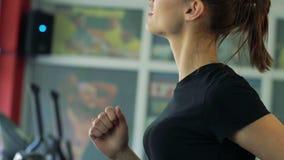 Όμορφο κορίτσι treadmill φιλμ μικρού μήκους