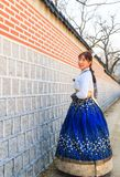 Όμορφο κορεατικό ντυμένο γυναίκα Hanbok, κορεατικό παραδοσιακό φόρεμα στοκ φωτογραφία