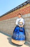 Όμορφο κορεατικό ντυμένο γυναίκα Hanbok, κορεατικό παραδοσιακό φόρεμα στοκ εικόνα