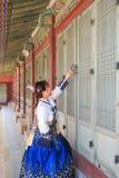 Όμορφο κορεατικό ντυμένο γυναίκα Hanbok που ανοίγει την πόρτα traditionl στο παλάτι στοκ εικόνες με δικαίωμα ελεύθερης χρήσης