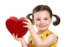 Όμορφο κοριτσάκι που κρατά μια μεγάλη κόκκινη καρδιά Στοκ φωτογραφία με δικαίωμα ελεύθερης χρήσης