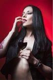 όμορφο κρασί γυαλιού κοριτσιών Στοκ Εικόνες