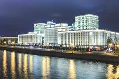 Όμορφο κτήριο κοντά στον ποταμό στο υπόβαθρο της πόλης με τα φω'τα βράδυ στοκ εικόνες με δικαίωμα ελεύθερης χρήσης