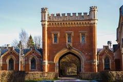 Όμορφο κτήριο με μια γοτθική πύλη της πέτρας Ρωσία Άγιος-Πετρούπολη peterhof Στοκ εικόνα με δικαίωμα ελεύθερης χρήσης