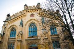 Όμορφο κτήριο τούβλου με τα γοτθικά παράθυρα Ρωσία Άγιος-Πετρούπολη peterhof Στοκ εικόνες με δικαίωμα ελεύθερης χρήσης