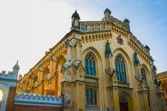 Όμορφο κτήριο τούβλου με τα γοτθικά παράθυρα Ρωσία Άγιος-Πετρούπολη peterhof Στοκ Φωτογραφίες
