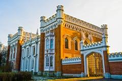 Όμορφο κτήριο τούβλου με τα γοτθικά παράθυρα Ρωσία Άγιος-Πετρούπολη peterhof Στοκ Φωτογραφία