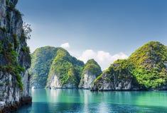 Όμορφο κυανό νερό της λιμνοθάλασσας στο μακρύ κόλπο εκταρίου, Βιετνάμ στοκ εικόνα