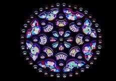 Όμορφο κυκλικό λεκιασμένο παράθυρο γυαλιού με πολλά χρώματα στοκ εικόνες με δικαίωμα ελεύθερης χρήσης