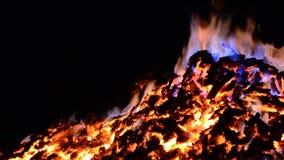 Όμορφο κόκκινο - καυτός καμμένος σωρός χοβόλεων με τις ζωηρόχρωμες φλόγες το χειμώνα