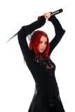 Όμορφο κόκκινο κορίτσι τρίχας με το ξίφος katana Στοκ φωτογραφία με δικαίωμα ελεύθερης χρήσης