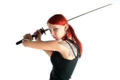 Όμορφο κόκκινο κορίτσι τρίχας με το ξίφος katana Στοκ εικόνα με δικαίωμα ελεύθερης χρήσης