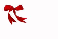 Όμορφο κόκκινο τόξο κορδελλών που απομονώνεται στο άσπρο υπόβαθρο με το ψαλίδισμα της πορείας Στοκ φωτογραφία με δικαίωμα ελεύθερης χρήσης