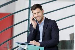 Όμορφο κύριο να καλέσει τηλέφωνο στο κλιμακοστάσιο Στοκ φωτογραφία με δικαίωμα ελεύθερης χρήσης