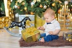 Όμορφο λίγο αγοράκι γιορτάζει τα Χριστούγεννα Νέες διακοπές έτους ` s Μωρό στα περιστασιακά ενδύματα Χριστουγέννων κοστουμιών με  Στοκ φωτογραφία με δικαίωμα ελεύθερης χρήσης