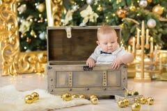 Όμορφο λίγο αγοράκι γιορτάζει τα Χριστούγεννα Νέες διακοπές έτους ` s Μωρό στα περιστασιακά ενδύματα Χριστουγέννων κοστουμιών με  Στοκ Φωτογραφία