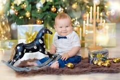 Όμορφο λίγο αγοράκι γιορτάζει τα Χριστούγεννα Νέες διακοπές έτους ` s Μωρό στα περιστασιακά ενδύματα Χριστουγέννων κοστουμιών με  Στοκ εικόνες με δικαίωμα ελεύθερης χρήσης