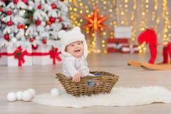 Όμορφο λίγο αγοράκι γιορτάζει τα Χριστούγεννα Νέες διακοπές έτους ` s Μωρό στα περιστασιακά ενδύματα Χριστουγέννων κοστουμιών με  Στοκ εικόνα με δικαίωμα ελεύθερης χρήσης