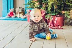Όμορφο λίγο μωρό γιορτάζει τα Χριστούγεννα Νέες διακοπές έτους ` s Στοκ Εικόνα