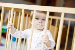 Όμορφο λίγο μόνιμο εσωτερικό κοριτσάκι Χαριτωμένο λατρευτό παιχνίδι παιδιών με το ζωηρόχρωμο παιχνίδι Στοκ εικόνες με δικαίωμα ελεύθερης χρήσης