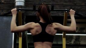 Όμορφο λεπτό νέο θηλυκό πρότυπο να κάνει τράβηγμα-UPS ικανότητας απόθεμα βίντεο