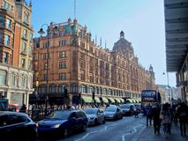 Όμορφο Λονδίνο που βλέπει κατά τη διάρκεια ενός γύρου πόλεων κατά μήκος του ποταμού του Τάμεση και της διάσημης αρχιτεκτονικής στοκ εικόνα με δικαίωμα ελεύθερης χρήσης