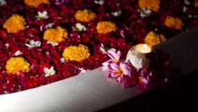 Όμορφο λουτρό με τα λουλούδια απόθεμα βίντεο