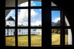 Όμορφο μέγαρο, άποψη από το παράθυρο Γύρω από τα δέντρα και την πράσινη χλόη Στοκ Φωτογραφία