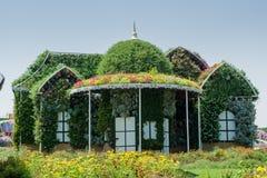 Όμορφο μέγαρο που διακοσμείται με τα διαφορετικά λουλούδια Στοκ εικόνες με δικαίωμα ελεύθερης χρήσης