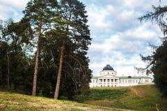 Όμορφο μέγαρο σε έναν λόφο Γύρω από τα δέντρα και την πράσινη χλόη Στοκ εικόνες με δικαίωμα ελεύθερης χρήσης