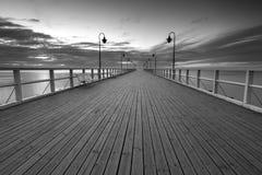 Όμορφο μακροχρόνιο seascape έκθεσης με την ξύλινη αποβάθρα Στοκ Φωτογραφίες
