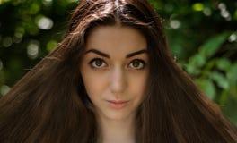 Όμορφο μακρυμάλλες brunette στον αέρα plein Στοκ φωτογραφία με δικαίωμα ελεύθερης χρήσης