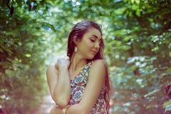 Όμορφο μακρυμάλλες brunette στον αέρα plein Στοκ Φωτογραφία