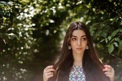 Όμορφο μακρυμάλλες brunette στον αέρα plein Στοκ Εικόνες