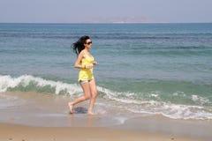 Όμορφο μακρυμάλλες brunette beachwear στην παραλία στοκ φωτογραφία