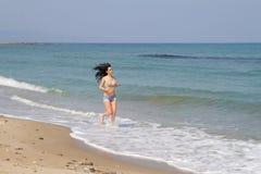 Όμορφο μακρυμάλλες brunette beachwear στην παραλία στοκ φωτογραφία με δικαίωμα ελεύθερης χρήσης