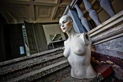 Όμορφο μανεκέν στο εγκαταλειμμένο κατάστημα Στοκ Φωτογραφία