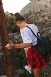 Όμορφο μαυρισμένο κορίτσι με το καθαρό δέρμα στην παραλία κοντά στα βουνά Στοκ φωτογραφία με δικαίωμα ελεύθερης χρήσης