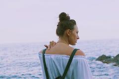 Όμορφο μαυρισμένο κορίτσι με το καθαρό δέρμα στην παραλία κοντά στα βουνά Στοκ φωτογραφίες με δικαίωμα ελεύθερης χρήσης