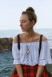 Όμορφο μαυρισμένο κορίτσι με το καθαρό δέρμα στην παραλία κοντά στα βουνά Στοκ εικόνες με δικαίωμα ελεύθερης χρήσης