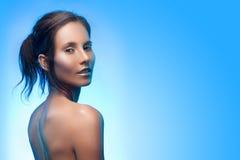 Όμορφο μαυρισμένο μικτό ασιατικός-καυκάσιο κορίτσι με την αργυροειδή σύνθεση Στοκ φωτογραφία με δικαίωμα ελεύθερης χρήσης