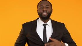 Όμορφο μαύρο επιχειρησιακό άτομο που απολαμβάνει το κοστούμι πολυτέλειας, έτοιμο για τη σημαντική συνεδρίαση απόθεμα βίντεο