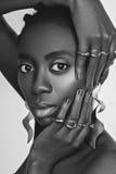 Όμορφο μαύρο κορίτσι με τα μεγάλα σκουλαρίκια Στοκ φωτογραφία με δικαίωμα ελεύθερης χρήσης