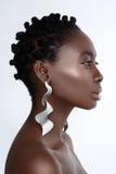 Όμορφο μαύρο κορίτσι με τα μεγάλα σκουλαρίκια Στοκ εικόνες με δικαίωμα ελεύθερης χρήσης