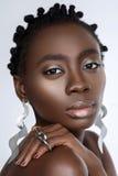 Όμορφο μαύρο κορίτσι με τα μεγάλα σκουλαρίκια Στοκ Φωτογραφίες