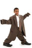 Όμορφο μαύρο παιδί αγοριών στο φαρδύ επιχειρησιακό κοστούμι στοκ εικόνες