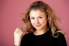 όμορφο μαύρο ροζ κοριτσιώ&n Στοκ εικόνες με δικαίωμα ελεύθερης χρήσης