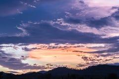 Όμορφο μαύρο σύννεφο ενώ ηλιοβασίλεμα στο χρόνο λυκόφατος Στοκ Φωτογραφίες
