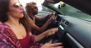 Όμορφο μαύρων με τη φίλη του οδηγώντας σε μετατρέψιμο απόθεμα βίντεο