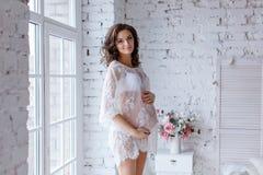 Όμορφο μαλακό και αισθησιακό έγκυο κορίτσι στο λευκό διαφανή Δρ Στοκ εικόνα με δικαίωμα ελεύθερης χρήσης